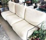 Bello sillón con base de acrílico
